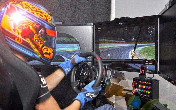 Hodinová jízda na závodním automobilovém trenažéru