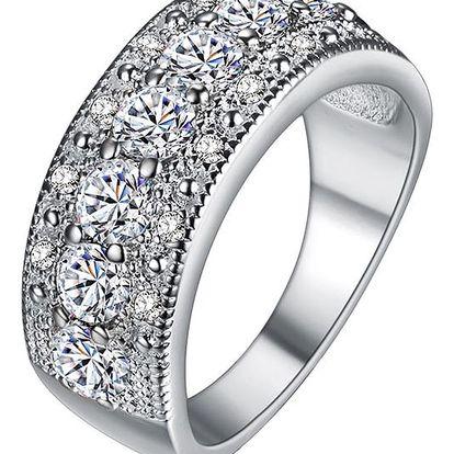 Bohatě zdobený prsten s čirými kamínky