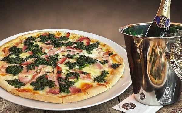 Vychlazená lahev sektu a dvě výborné pizzy