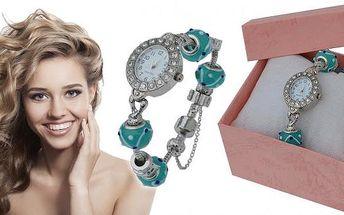 Dámské hodinky s 18 krystaly, korálky a přívěsky v dárkové krabičce. Hodinky mají překrásné čtyři modré korálky, dvě kovové truhličky, bezpečnostní řetízek proti spadnutí z ruky! Šperk je vhodný pro všechny romantické duše, malé i velké slečny a dámy.