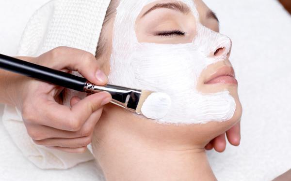 Kosmetické ošetření zahrnující povrchové čištění, peeling, hloubkové čištění, tonizaci pleti, masáž.