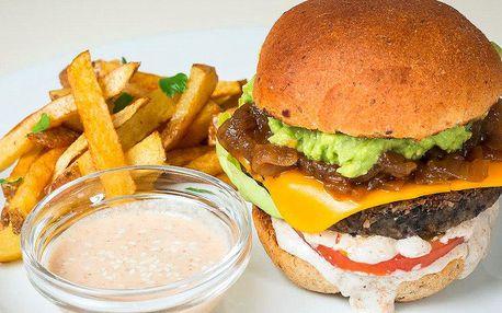 Dva veganské burgery a hranolky