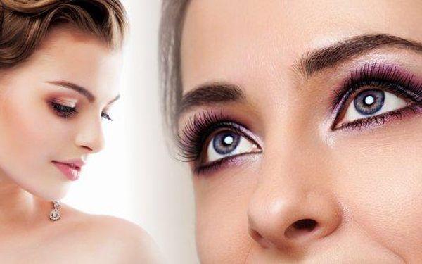 Získejte neodolatelný pohled díky trvalé na řasy! Zvýrazněte přirozené linie svých řas a těšte se na rozjasněný pohled a optickyzvětšené oči. Vyzkoušejte velmi oblíbenou a rozšířenou kosmetickou proceduru, která až na 3 měsíce nahradí používání řasenky!