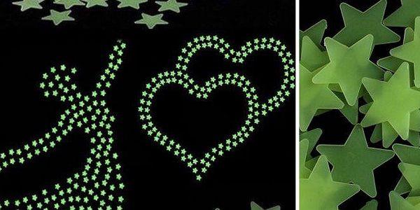Svítící hvězdičky na zeď – 50 ks. Unikátní dekorace nejen do dětského pokoje – ve tmě jemně září! V balení také oboustranné lepky, lze tvořit libovolné obrazce, doručení je zdarma.