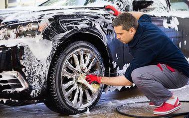 Ruční čištění automobilu s tepováním i extra leštěním