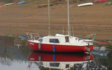 Pronájem jachty s možností přespání v krásném prostředí Orlické přehrady! Zážitek pro 4 osoby.