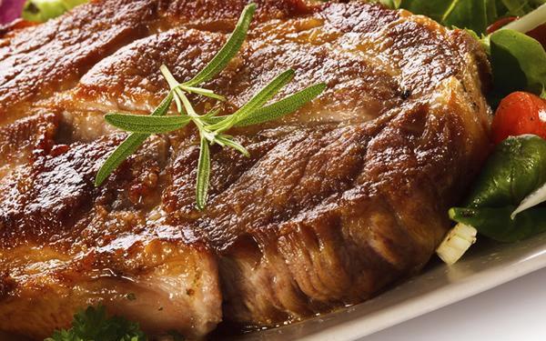 Tatarák s topinkami a steak na grilu z krkovice s americkými bramborami v Hradci Králové.