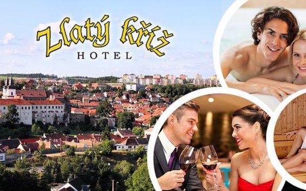 Krásná historická Třebíč! Užijte si 3denní wellness pobyt pro 2 osoby v krásném Hotelu Zlatý Kříž! S polopenzí,privátním vstupem do whirlpoolu nebo sauny, ochutnávkou luxusních sypaných čajů a další! Z hotelových pokojů je překrásný výhled na památky UNES