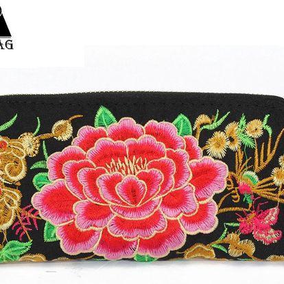 Černá dámská peněženka na zip s výraznou růžovou květinou