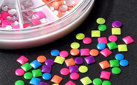 Tisíc barevných kamínků na nehty