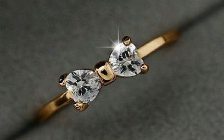 Jemný pozlacený prstýnek s kamínky ve tvaru mašličky