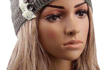 Pletená dámská čepice s krajkou