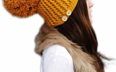 Pletená jednobarevná čepice s maxi bambulí a knoflíčky.