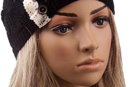 Lehká pletená čepice s krajkou a knoflíky