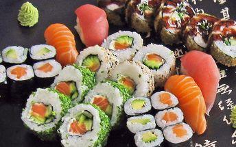 Sushi na různé způsoby a grilované krevetky
