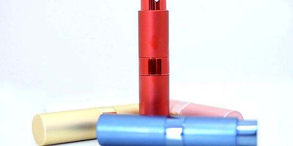 Stylový a praktický dávkovač parfémů v různých barvách