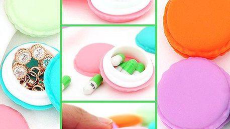 Mini krabička v podobě makronky. Vyrobeno z plastu a v různých barevných variantách.
