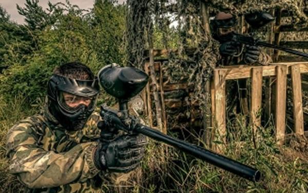 Celodenní paintball včetně zapůjčení vybavení a 100 kuliček na hřišti vojenské základny v Kladně.