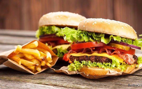 Dva naducané hovězí burgery s hranolky v Clubu Nirvana