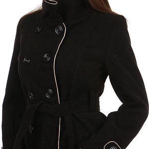 Zajímavý kabát s kontrastním lemováním a s moderním límcem černá