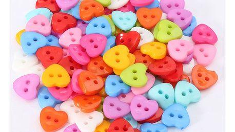 100 kusů barevných knoflíků ve tvaru srdcí