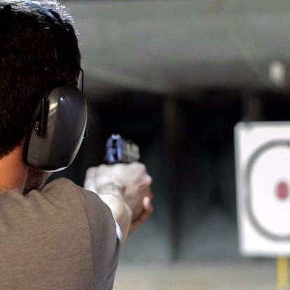 Střelba z ostrých zbraní na kryté střelnici