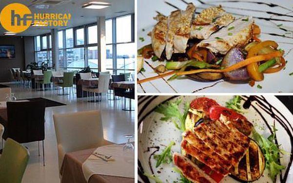 40% sleva na veškerá jídla i nápoje v restauraci Hurricane Factory s výhledem do větrného tunelu u OC Letňany