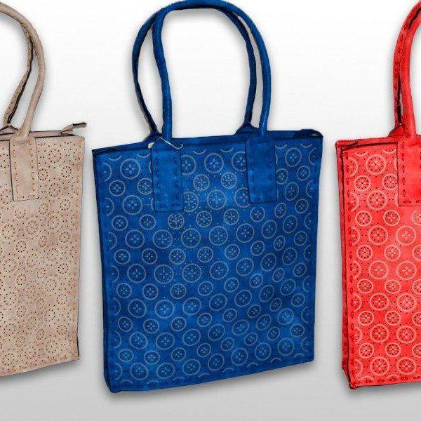 Praktická kabelka s perforovaným vzorem