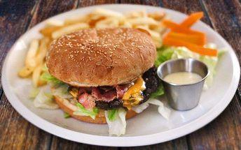 Dva burgery s hranolky, Coleslawem a omáčkami
