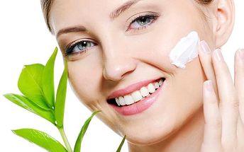 Balíček 3v1 zahrnující kosmetické ošetření pleti, pedikúra a celotělová přístrojová lymfodrenáž.