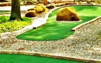 Zábavný Adventure golf pro dva nebo rodinu v Kersku, 18jamkové hřiště po stromy, dětský koutek.