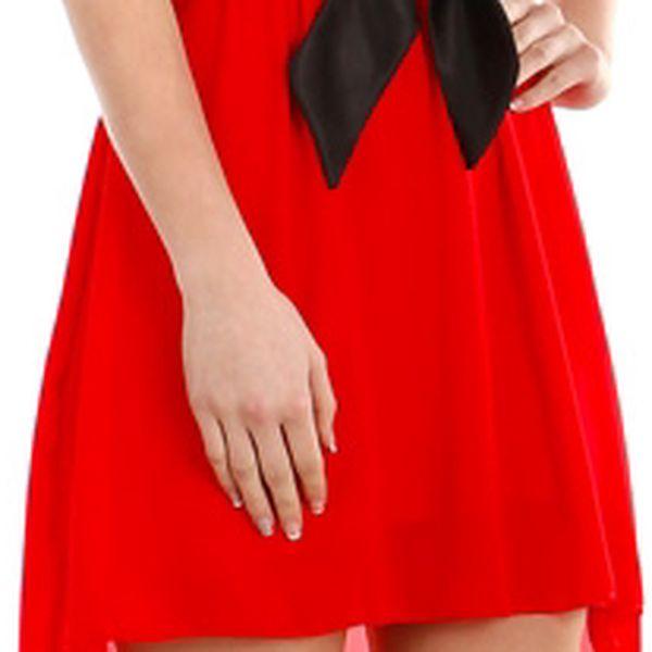 Krásné šaty s delším zadním dílem červená