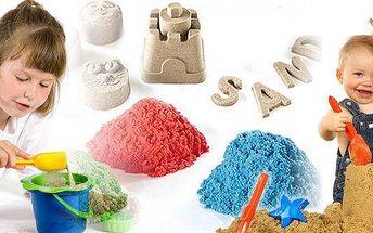 Zázračný barevný tekutý písek – 1 kg kinetický písek ve 4 barvách, 6 formiček a lopatka! Hit mezi hračkami a skvělá zábava pro děti i dospělé.