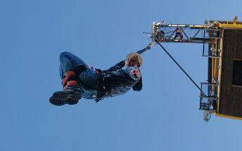 Bungee jumping z 36 metrů vysoké televizní věže v tandemu
