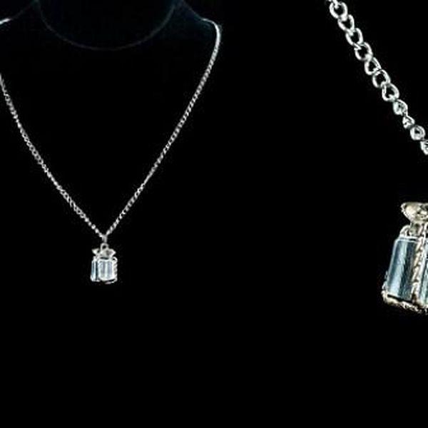 Elegantní přívěšek ve tvaru dárečku ve stříbrné barve s řetízkem o délce 45 cm!