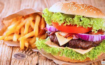 Burger, hranolky, kukuřičný klas a BBQ omáčka