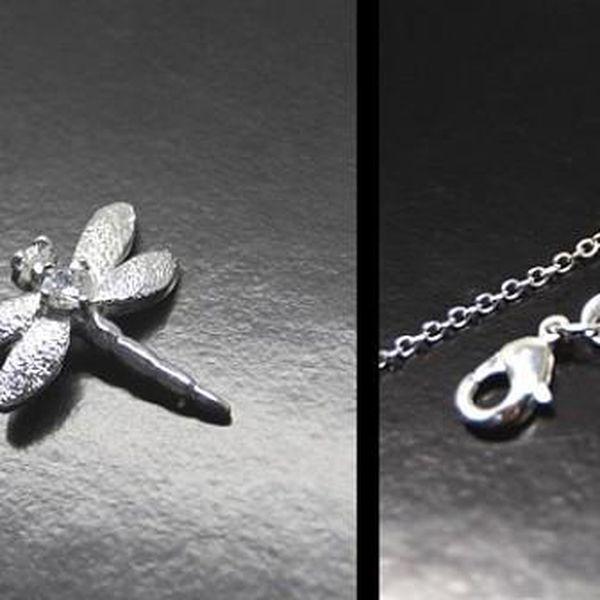Stylový ODONATA přívěšek ve tvaru vážky včetně kulatého řetízku v délce 45 cm vyroben metodou hlubokovrstvého postříbření ušlechtilého kovu kvalitním stříbrem!