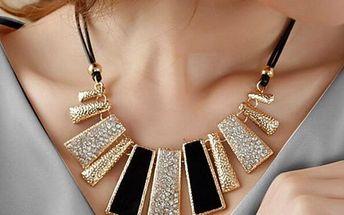 Nepravidelný náhrdelník s třpytivými přívěsky