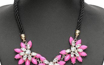 Výrazný náhrdelník s motivem květů na černém lanku