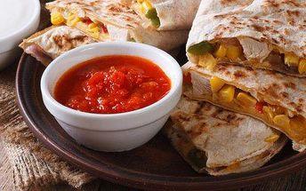 Kuřecí Quesadilla z mexické restaurace Sabroso s sebou