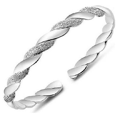 Kroucený náramek ve stříbrné barvě