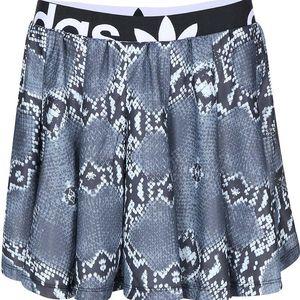 Šedá kratší sukně s hadím potiskem adidas Originals La Print