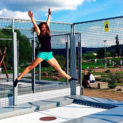 Skákaní na profesionální venkovní trampolíně