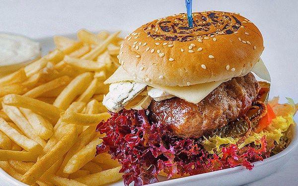 Našlapané burgery v restauraci Stavba