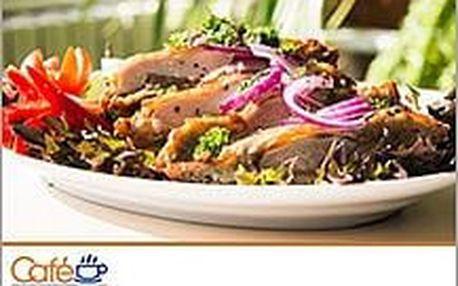 Luxusní domácí bramborák plněný kuřecím a vepřovým masem s čerstvou zeleninou. V kavárně Modus!