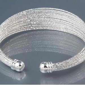 Náramek ve stříbrné barvě