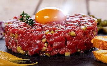 Namíchaný tatarák z hovězí svíčkové, maso ze špičky či z palce: 300 g až 500 g + topinky
