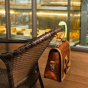 Praktický držáček na kabelku