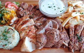Steakové prkno s přílohami a zeleninou