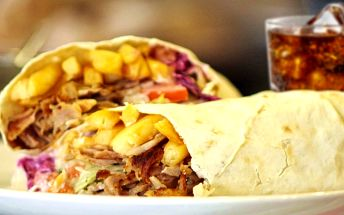 Napěchovaný kebab s hranolky a nápojem